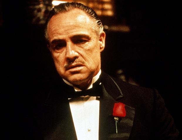 """Hay cine de comedia, de acción, de romance y hasta un género que se hace llamar """"cine de arte"""", pero elegir una favorita de cada género nos llevaría mucho más tiempo. Sin más, decidimos recomendar una película que siempre que es recomendada, termina siendo bien recibida... y esa es El Padrino, de manos de Mario Puzo y Francis Ford Coppola"""
