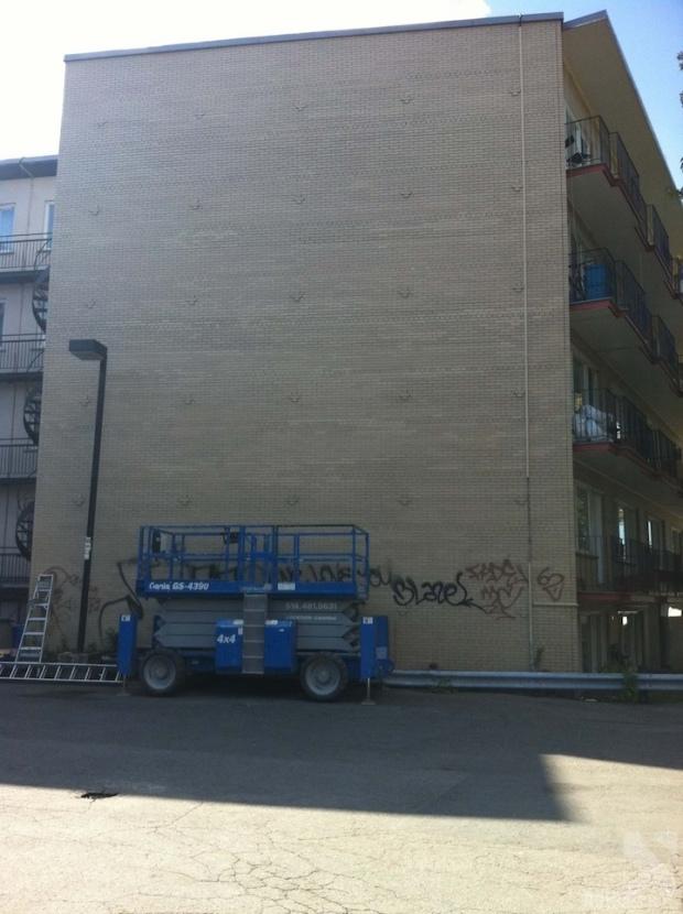 Aquí la pared inicial del edificio antes de ser intervenida por los artistas.